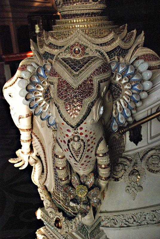 Слоники, украшенные мозаикой из осколков фарфора