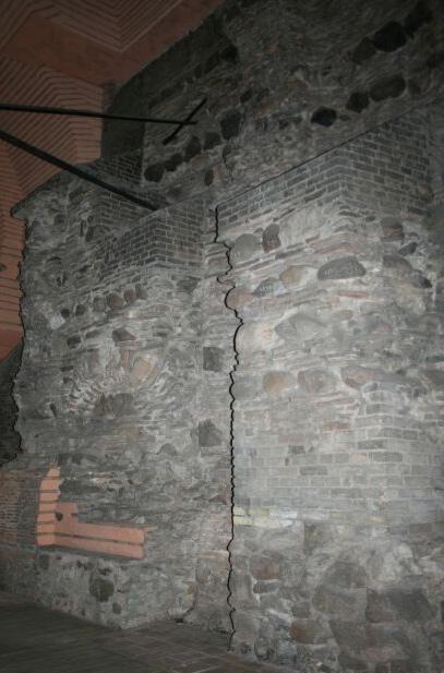 Остатки стен старых Золотых ворот