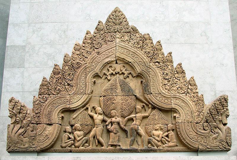 Фронтон храма в Бантеай Срей