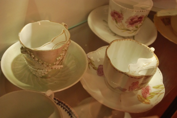Чашка для чая, снабженная специальной держалкой для усов