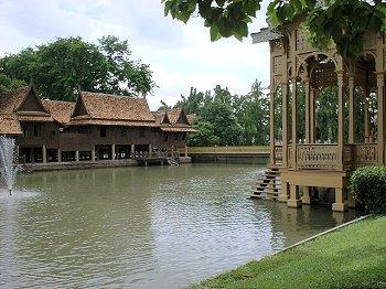 Канал вокруг дворца