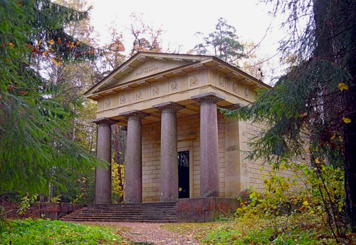 Мавзолей наподобие античного храма