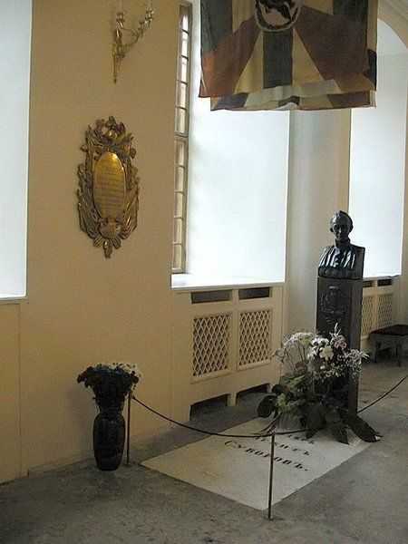 Надгробная плита из белого мрамора