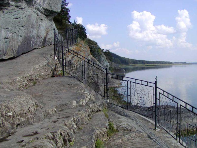 Основной спуск посетителей к скале