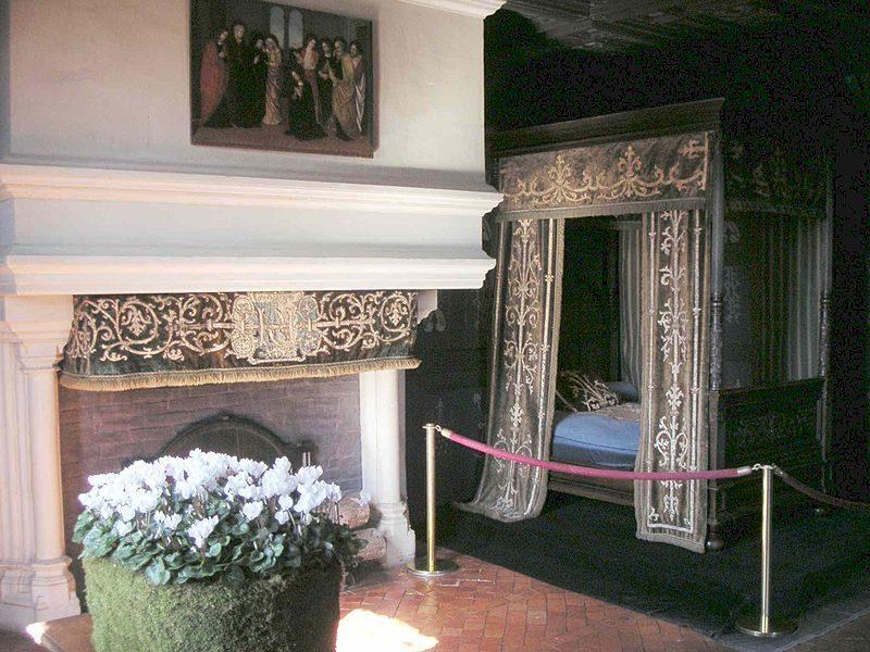 Мебель и стены спальни затянуты в черные драпировки