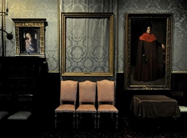 Место украденной картины