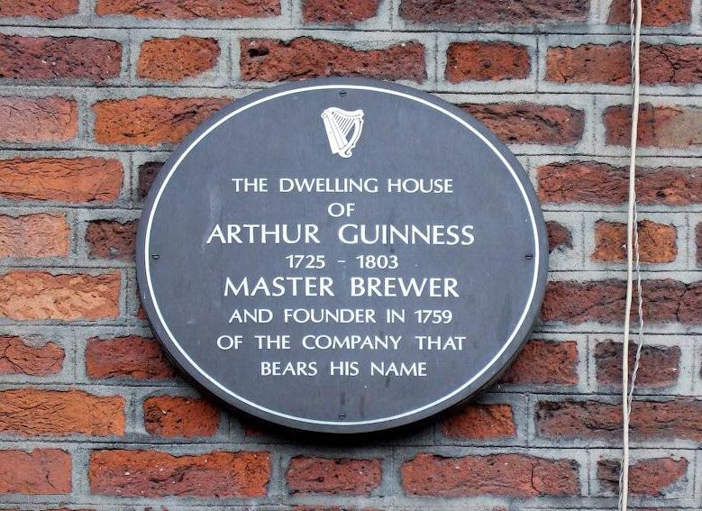 Мемориальная табличка на фасаде дома