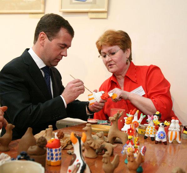 Д.А. Медведеву украшает игрушку
