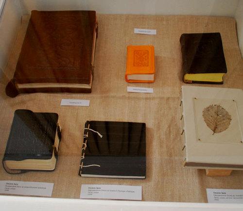 Образцы, иллюстрирующие внешний вид и строение книг
