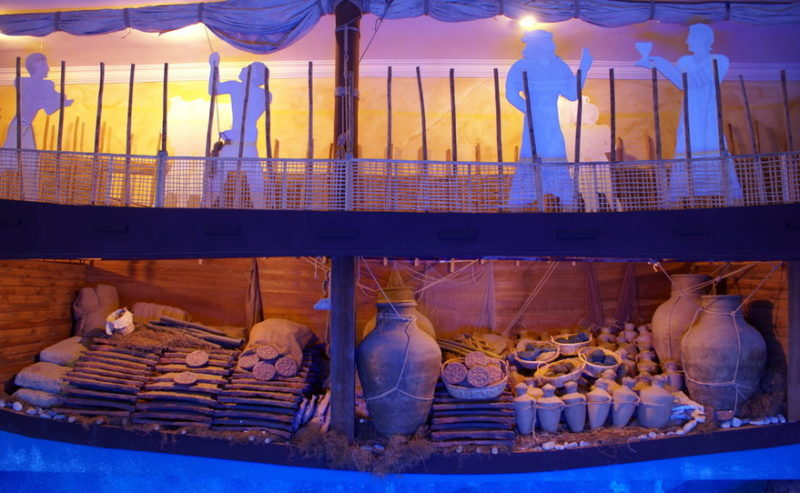 Экспозиция посвящена останкам корабля египетских фараонов