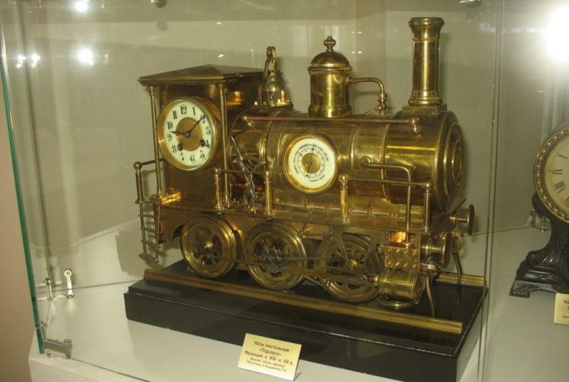 Часы в виде паровоза