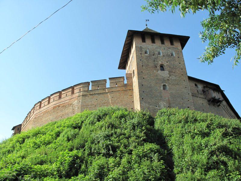 Стены замка на краю обрыва