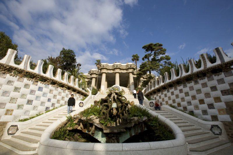 Лестница с небольшими фонтанами