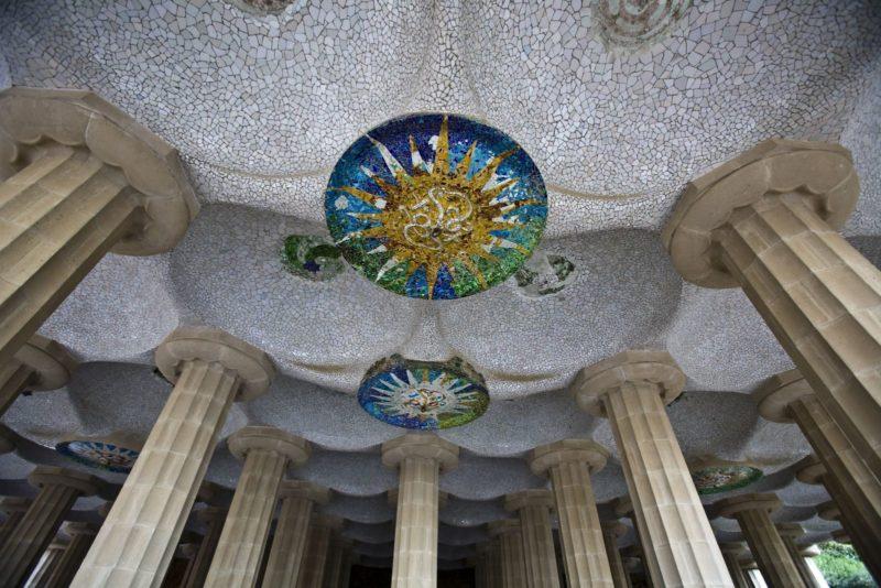 Потолок, украшенный мозаикой из цветного стекла