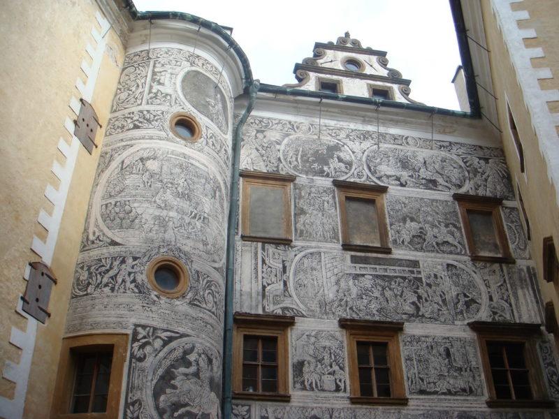Рисунки на здании музея