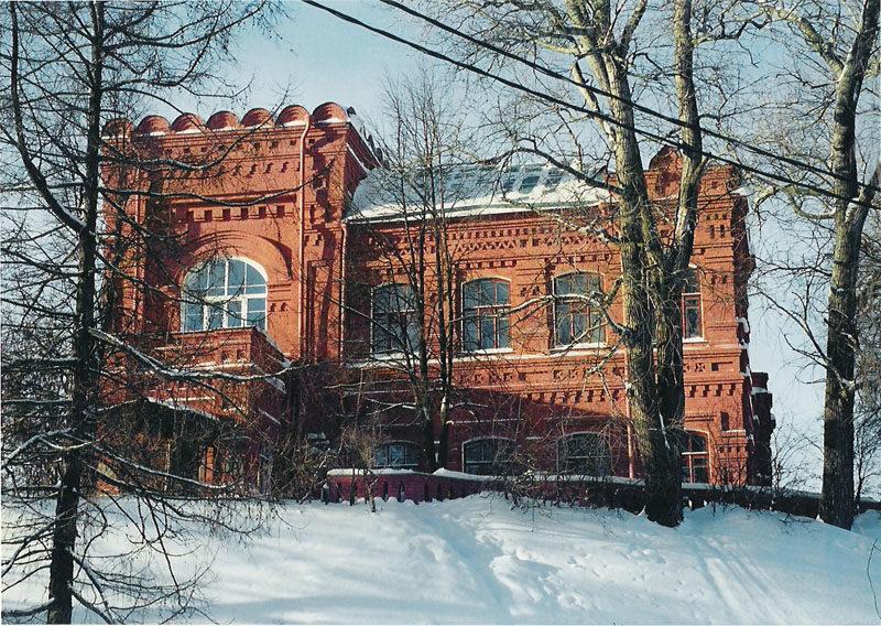 Особняк бывшего училища на берегу Келарского пруда