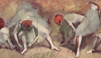Танцовщицы, завязывющие балетные туфли