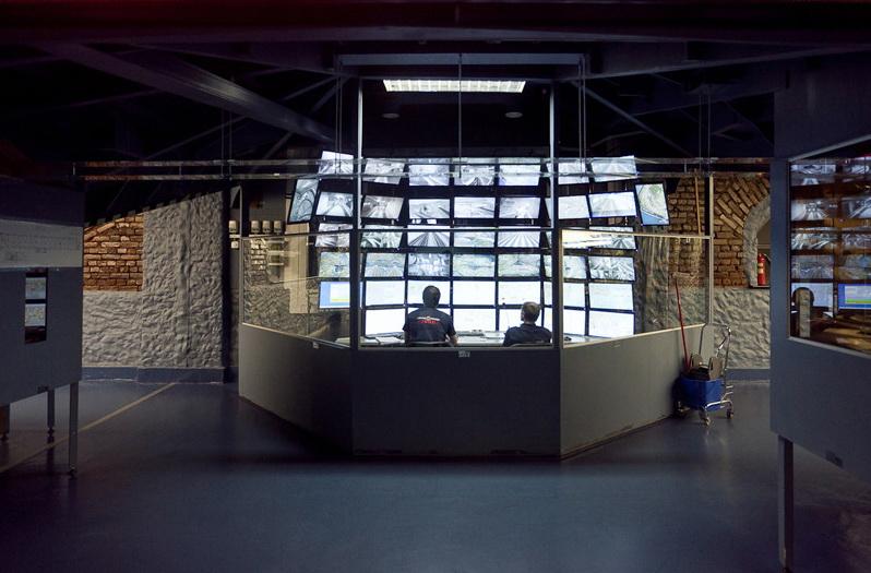 Операторы и следят за происходящим на мониторах