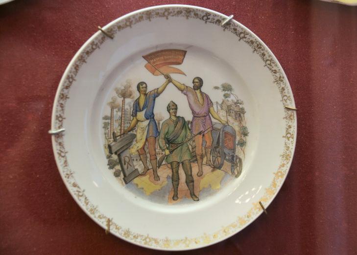Фарфоровые тарелки с росписью на идеологическую тематику